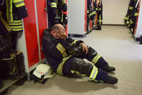 Feuerwehrmann erschöpft nach Einsatz