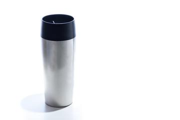 Kaffeebecher aus Edelstahl isoliert mit Textfreiraum - Konzept Coffe to go