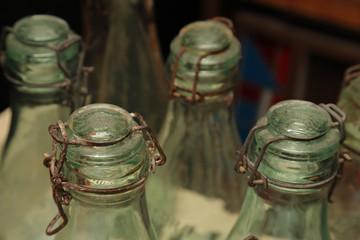 vieilles bouteilles ancienne en verre et bouchon mécanique