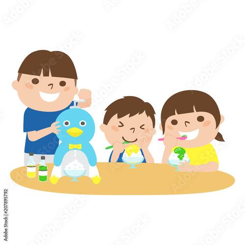 ペンギン型のかき氷器でかき氷を作る男の子と美味しそうにカキ氷を食べる