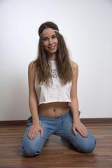 Hippie Frau kniet und lächelt