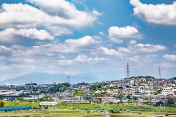 郊外の住宅街を走るローカル線