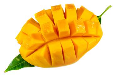 tranche de mangue mûre sur feuille de manguier