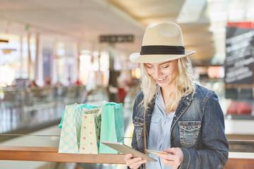 Junge Frau macht online Shopping