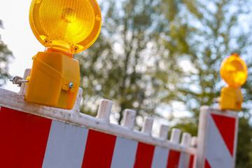 rote und weiße Barrikaden mit Warnlicht