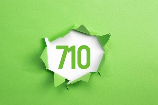 gruene Nummer 710 auf gruenem Papier