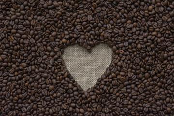 fondo horizontal de granos de cafe con corazón de arpillera