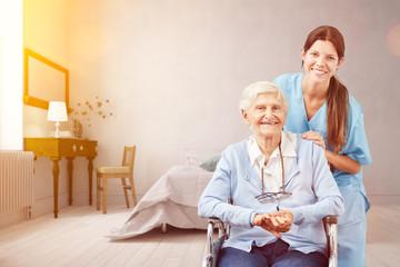 Seniorin mit Altenpflegerin als Pflegedienst Konzept