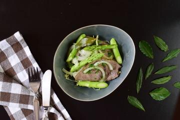 Rindfleischsalat mit grünem Spargel