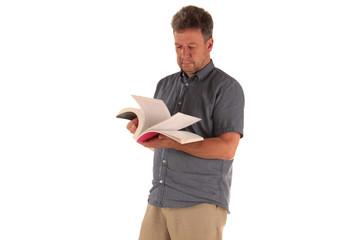 Mann blättert in einem Buch freigestellt