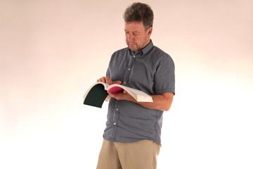 Mann studiert Buch