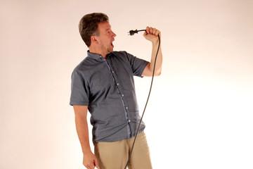 Mann mit Stromkabel singt