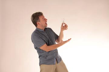 Mann singt für Glühbirne