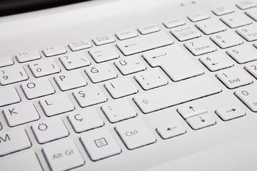 beyaz klavyeli laptop