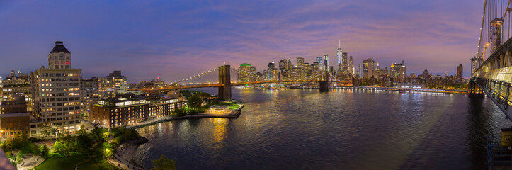 Fototapete - Brooklyn, Brooklyn park, Brooklyn Bridge, Janes Carousel and Lower Manhattan skyline at night seen from Manhattan bridge, New York city, USA. Wide angle panoramic image.
