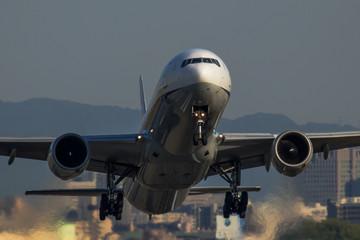 離陸する飛行機