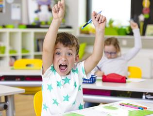 In der Schule - Junge hat Spaß beim Lernen
