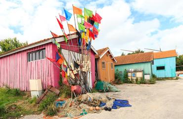 petite cabane de couleur au chateau d'oléron avec drapeau de couleur