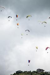 Paragliding vor Wolken