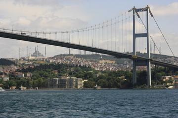 Vistas del puente del Bósforo, orillas de Estambul,