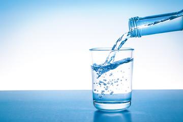 Glas wird mit frischem Wasser gefüllt