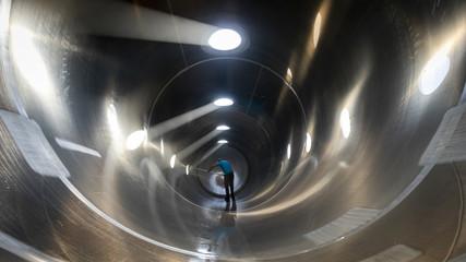 Interior de camión cisterna silo en proceso de limpieza realizado por un trabajador