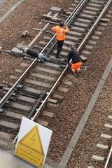 Gleisbau Zwei Arbeiter reparieren Schiene der Eisenbahn