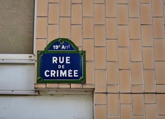 Rue de Crimée, nom de rie, panneau lettres bleues fond blanc