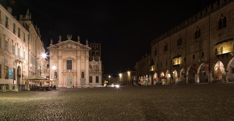Mantova, piazza sordello con Duomo e palazzo ducale