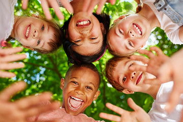 Kinder als Freunde bilden einen Kreis Wall mural