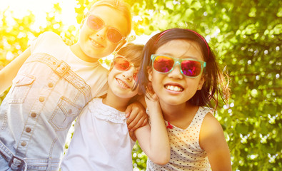 Coole Mädchen mit Sonnenbrille im Sommer