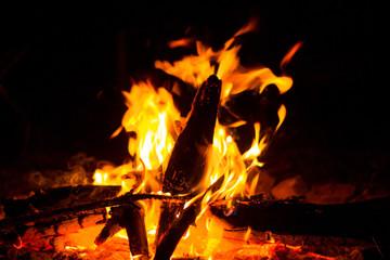 Костер, горящий в ночи.