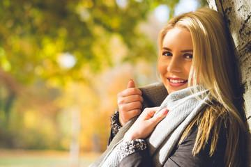 junge blonde Frau genießt die Sonne