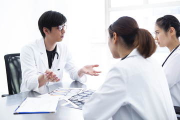 手術について打ち合わせする医師たち