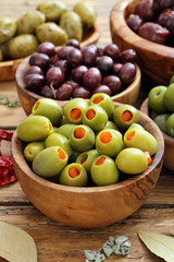 Spoed Fotobehang Voorgerecht olive miste su sfondo rustico