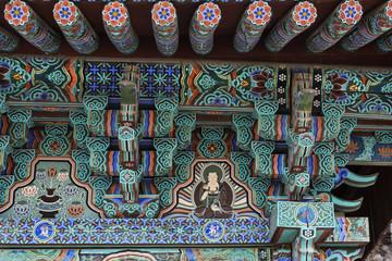 "Verzierungen am Eingangstor vom ""Beomeosa-Tempel"" in Busan."