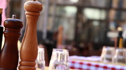 Na stoliku restauracji w Rzymie przed lunchem