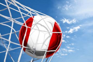 Fussball mit peruanischer Flagge