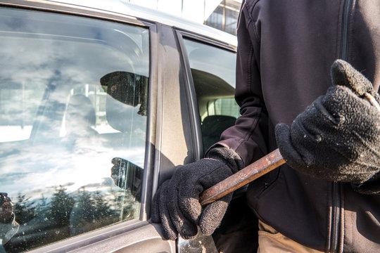 Verbrecher beim aufbrechen einer Autotür