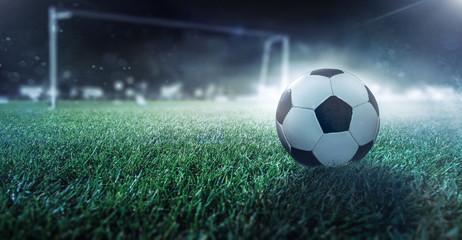 Fußball liegt auf dem Spielfeld vor dem Tor