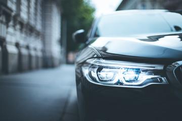 Scheinwerfer eines Autos, Altstadt, LED