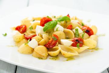Pasta alla caprese con pomodoro, mozzarella, olio d'oliva e basilico fresco