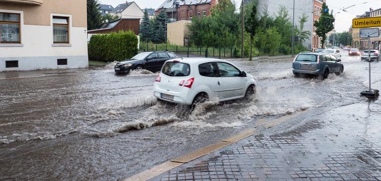 Überflutete Straße nach Gewitterzelle Unwetter