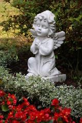 Geschmücktes Grab mit Engel und Blumen
