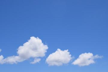 Tres nubes en cielo azul