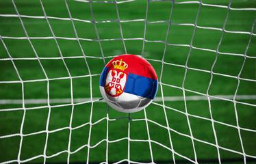 Fussball mit serbischer Flagge