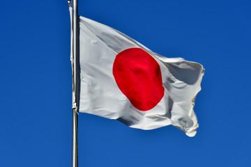 風にたなびく日本国旗