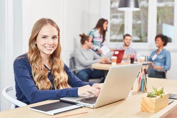 Junge Frau als Azubi arbeitet am Laptop PC
