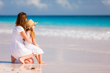 Fototapete - Mother and daughter at beach