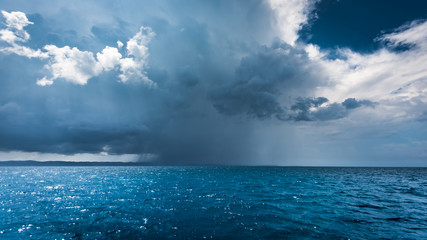burza na morzu- biały szkwał